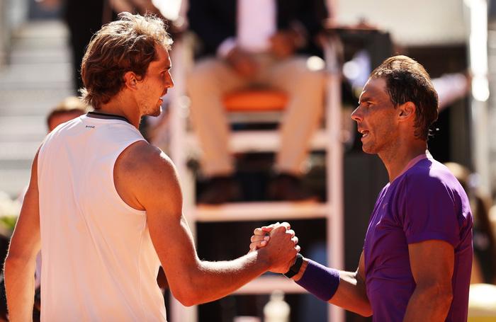 """Nadal """"trả nợ"""" thành công trước Zverev, Djokovic lâm nguy ở tứ kết Rome Masters"""