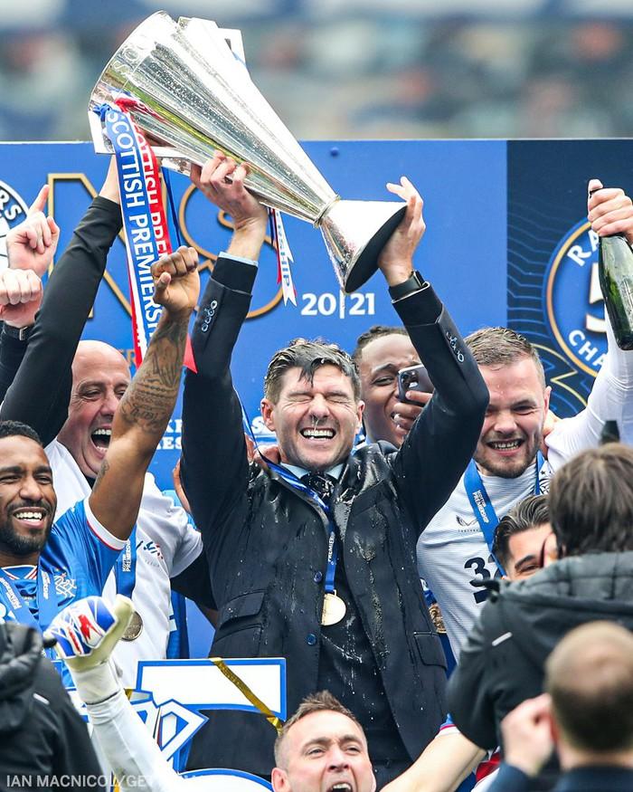 """Steven Gerrard vô địch giải Scotland với kỳ tích """"bất khả chiến bại"""" - Ảnh 1."""