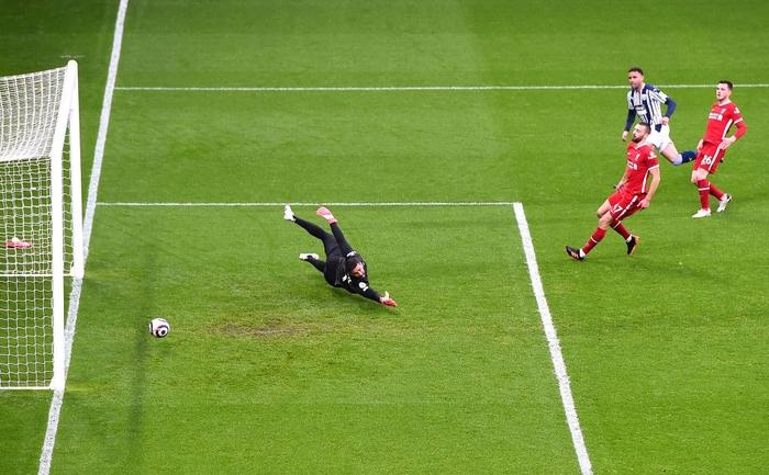 Siêu kịch tính: Thủ môn ghi bàn phút bù giờ cuối, Liverpool thắng nghẹt thở để sống lại hy vọng top 4 - Ảnh 1.