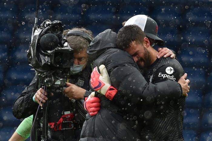 Thủ môn Alisson rơi nước mắt, tiết lộ lý do giúp anh ghi bàn phút bù giờ cuối hồi sinh Liverpool - Ảnh 6.