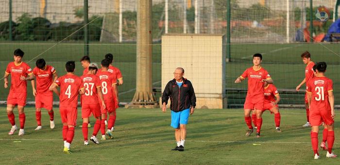 HLV Park phòng tránh chấn thương cho cầu thủ, quyết tập giữa trưa nắng để làm quen thời tiết tại UAE - Ảnh 4.