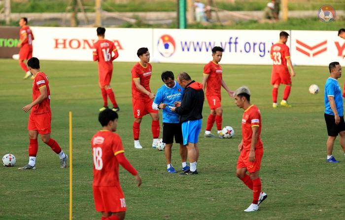 HLV Park phòng tránh chấn thương cho cầu thủ, quyết tập giữa trưa nắng để làm quen thời tiết tại UAE - Ảnh 1.