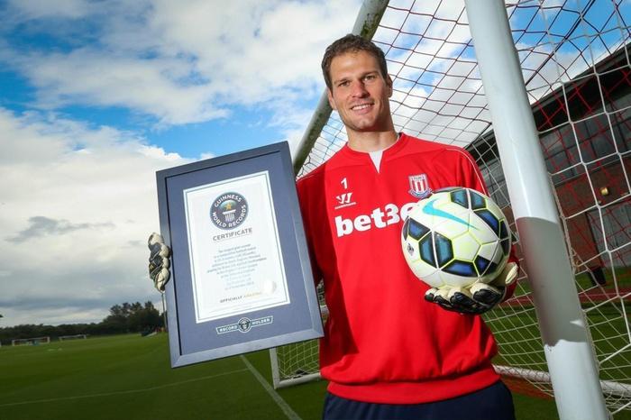 6 thủ môn từng ghi bàn ở Ngoại hạng Anh: Huyền thoại MU là người khai sáng - Ảnh 5.