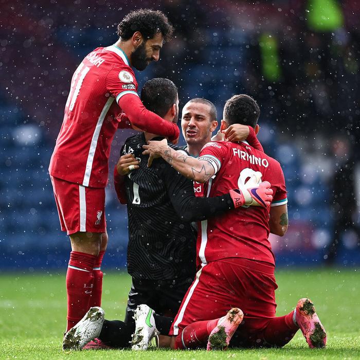 Thủ môn Alisson rơi nước mắt, tiết lộ lý do giúp anh ghi bàn phút bù giờ cuối hồi sinh Liverpool - Ảnh 3.