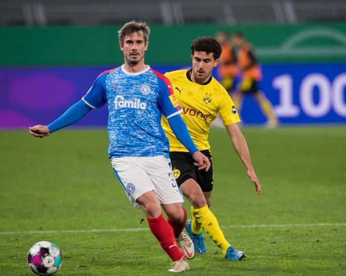 Chấn thương kinh hoàng của sao trẻ Dortmund: Gãy gập đầu gối, có nguy cơ giải nghệ sớm ở tuổi 21 - Ảnh 2.