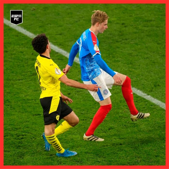 Chấn thương kinh hoàng của sao trẻ Dortmund: Gãy gập đầu gối, có nguy cơ giải nghệ sớm ở tuổi 21 - Ảnh 3.