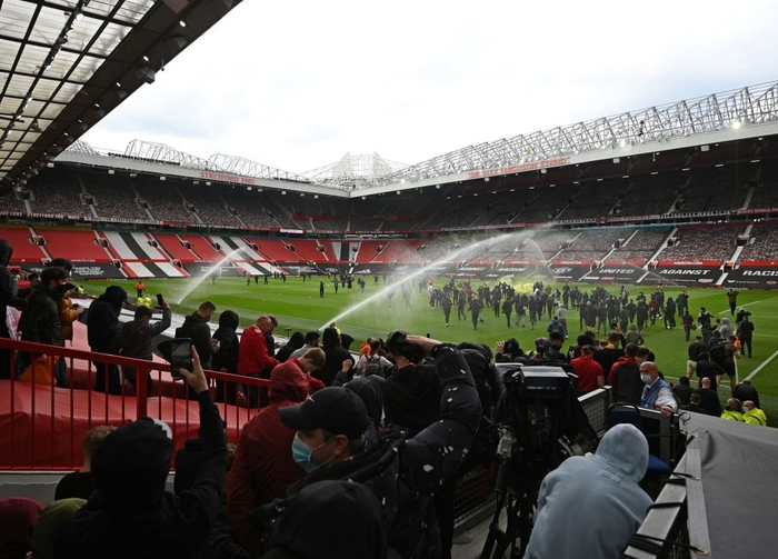 Hàng nghìn fan MU tràn vào phá sân Old Trafford, biểu tình chống giới chủ người Mỹ - ảnh 5