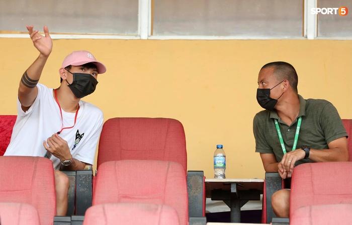 Duy Mạnh thơm má ngoại binh ghi bàn cho Hà Nội FC - Ảnh 10.