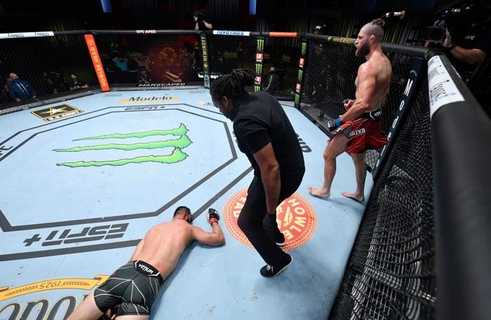 Jiri Prochazka hạ đo ván Dominick Reyes bằng đòn chỏ xoay tàn bạo, đến gần đến ngai vàng của UFC - Ảnh 4.