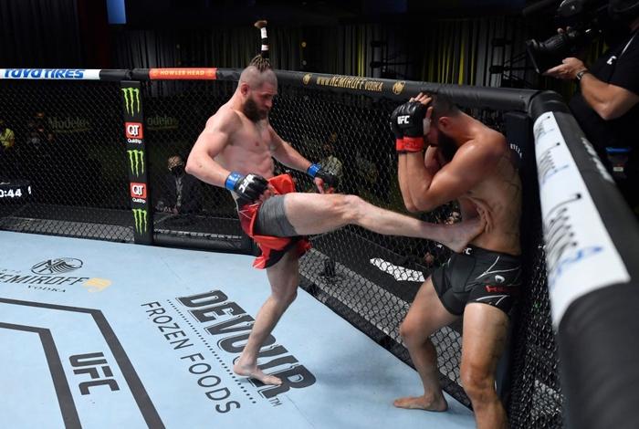 Jiri Prochazka hạ đo ván Dominick Reyes bằng đòn chỏ xoay tàn bạo, đến gần đến ngai vàng của UFC - Ảnh 1.