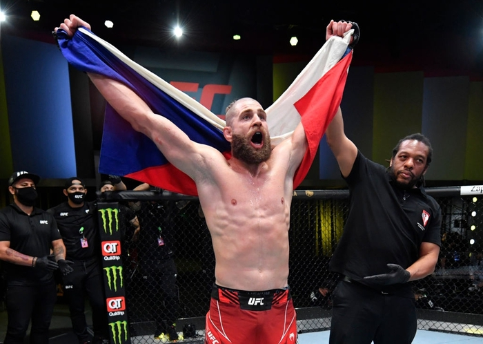 Jiri Prochazka hạ đo ván Dominick Reyes bằng đòn chỏ xoay tàn bạo, đến gần đến ngai vàng của UFC - Ảnh 5.