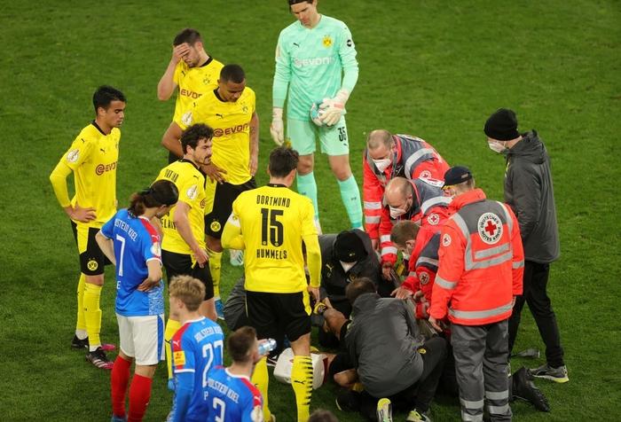 Chấn thương kinh hoàng của sao trẻ Dortmund: Gãy gập đầu gối, có nguy cơ giải nghệ sớm ở tuổi 21 - Ảnh 8.