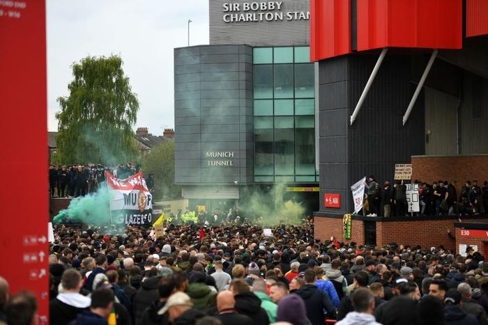 Hàng nghìn fan MU tràn vào phá sân Old Trafford, biểu tình chống giới chủ người Mỹ - ảnh 2