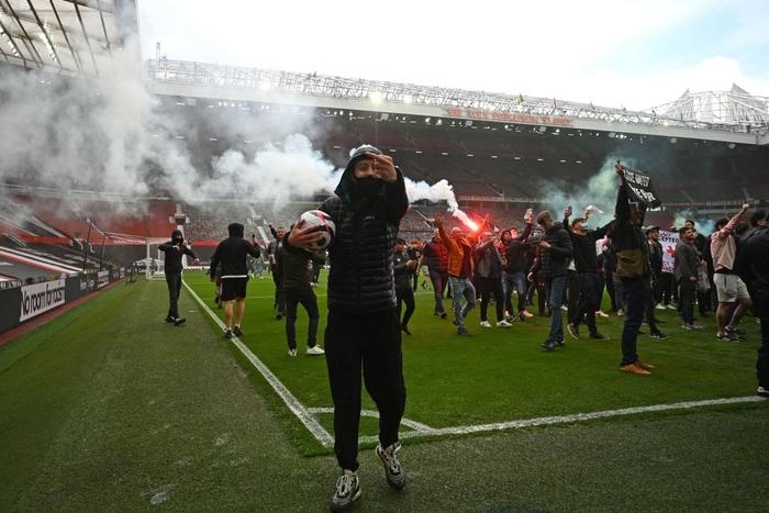 Hàng nghìn fan MU tràn vào phá sân Old Trafford, biểu tình chống giới chủ người Mỹ - ảnh 4