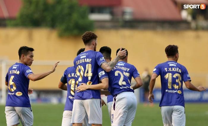 Duy Mạnh thơm má ngoại binh ghi bàn cho Hà Nội FC vào lưới CLB Sài Gòn - Ảnh 7.
