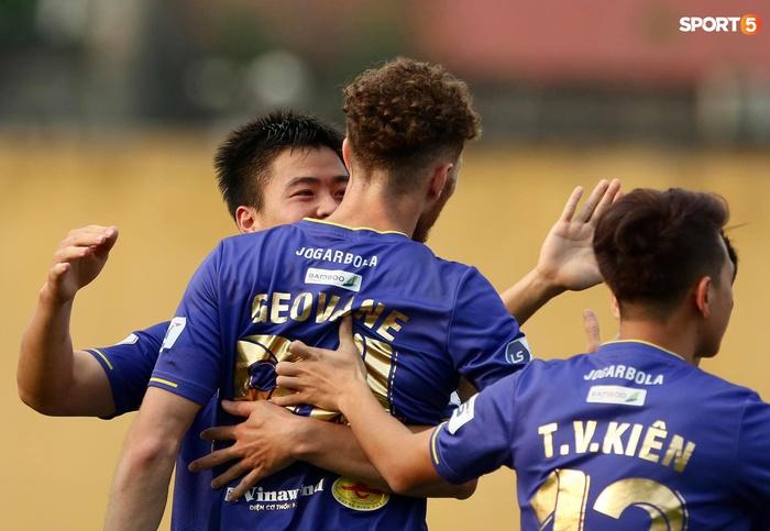 Duy Mạnh thơm má ngoại binh ghi bàn cho Hà Nội FC vào lưới CLB Sài Gòn - Ảnh 3.
