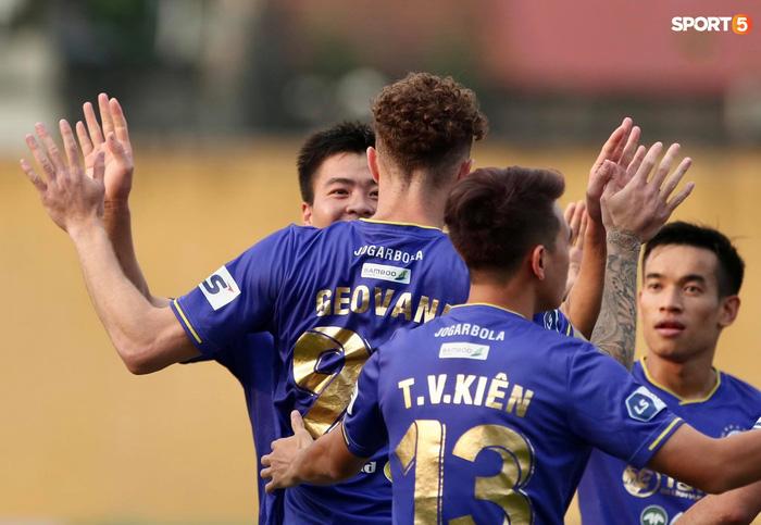 Duy Mạnh thơm má ngoại binh ghi bàn cho Hà Nội FC vào lưới CLB Sài Gòn - Ảnh 5.