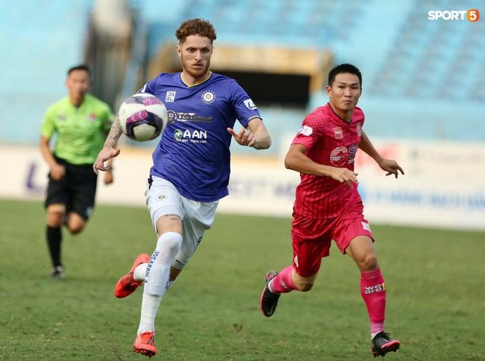 Duy Mạnh thơm má ngoại binh ghi bàn cho Hà Nội FC vào lưới CLB Sài Gòn - Ảnh 1.