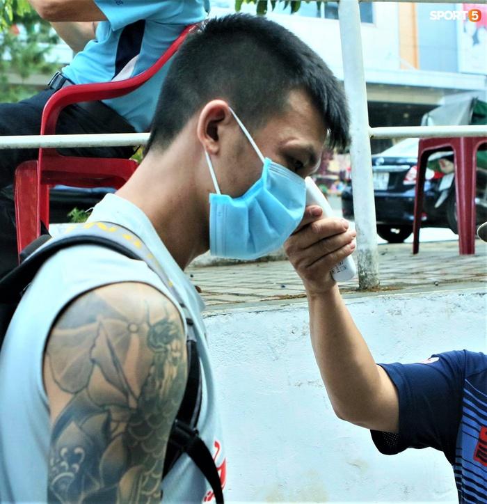 Xuân Trường đeo kính râm cực ngầu, nhẫn đính hôn nổi bật trên tay trước trận HAGL gặp Bình Dương - ảnh 9
