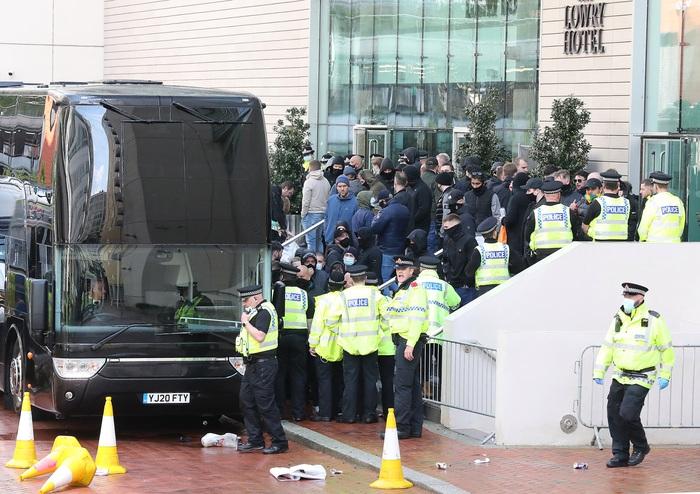 Hàng nghìn fan MU tràn vào phá sân Old Trafford, biểu tình chống giới chủ người Mỹ - ảnh 6