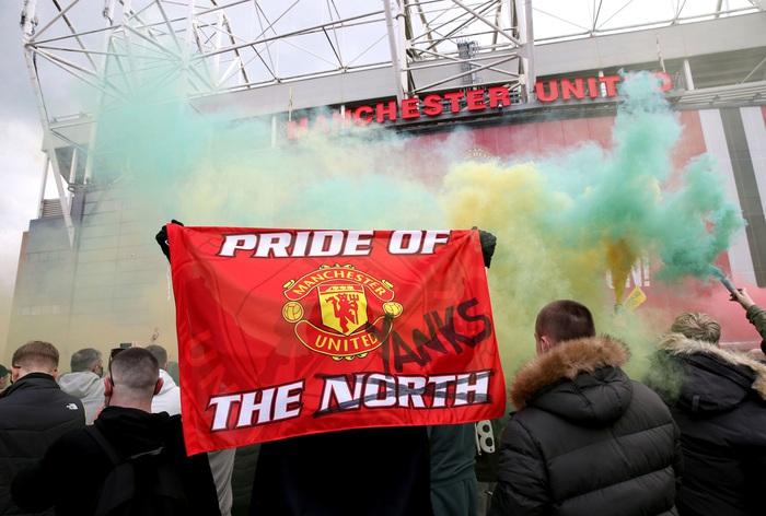 Hàng nghìn fan MU tràn vào phá sân Old Trafford, biểu tình chống giới chủ người Mỹ - ảnh 8