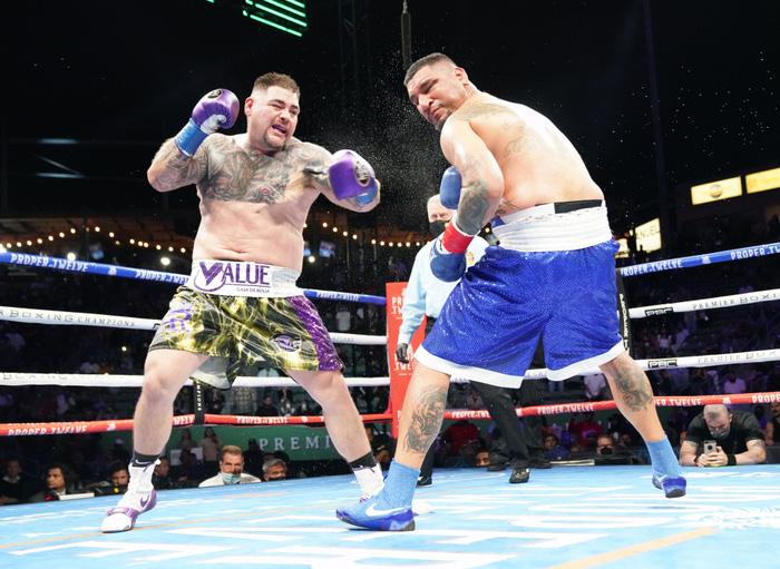 Hậu giảm cân, nhà cựu vô địch boxing thế giới Andy Ruiz Jr chật vật vượt qua lão tướng Chris Arreola - Ảnh 2.