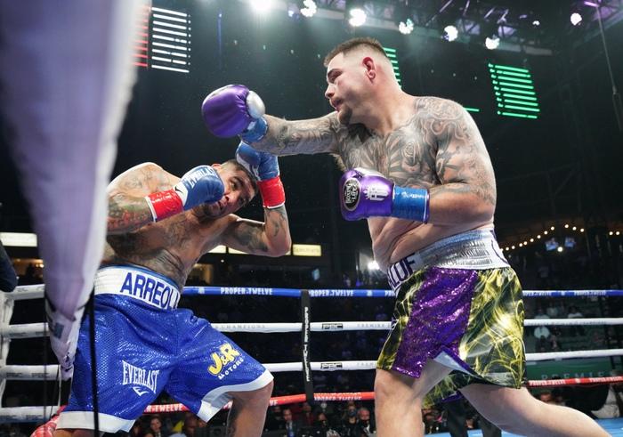 Hậu giảm cân, nhà cựu vô địch boxing thế giới Andy Ruiz Jr chật vật vượt qua lão tướng Chris Arreola - Ảnh 4.
