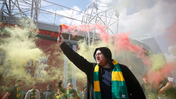 Hàng nghìn fan MU tràn vào phá sân Old Trafford, biểu tình chống giới chủ người Mỹ - ảnh 1
