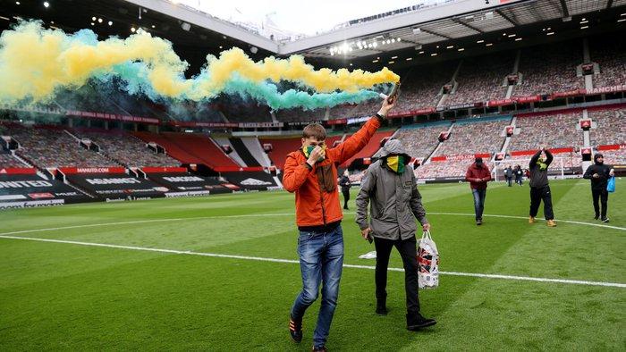 Hàng nghìn fan MU tràn vào phá sân Old Trafford, biểu tình chống giới chủ người Mỹ - ảnh 9