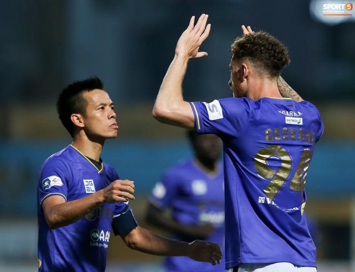 HLV Hà Nội FC trao đổi riêng với trợ lý HLV Park Hang-seo sau trận thắng đầu tiên - ảnh 9