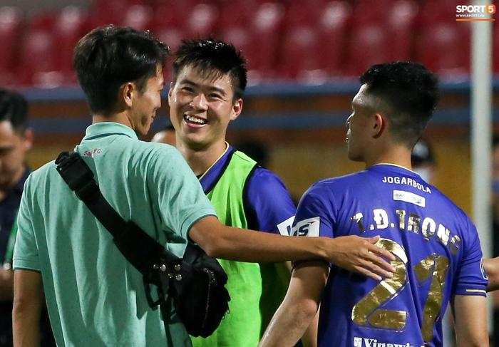 """Duy Mạnh đau đớn rời sân, HLV Hà Nội FC hứa """"chăm sóc đặc biệt"""" vì tuyển Việt Nam - Ảnh 5."""