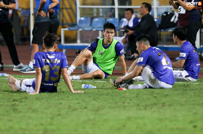 """Duy Mạnh đau đớn rời sân, HLV Hà Nội FC hứa """"chăm sóc đặc biệt"""" vì tuyển Việt Nam - Ảnh 4."""