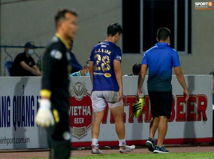 """Duy Mạnh đau đớn rời sân, HLV Hà Nội FC hứa """"chăm sóc đặc biệt"""" vì tuyển Việt Nam - Ảnh 3."""