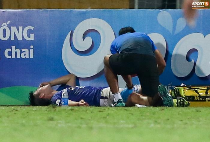 """Duy Mạnh đau đớn rời sân, HLV Hà Nội FC hứa """"chăm sóc đặc biệt"""" vì tuyển Việt Nam - Ảnh 2."""