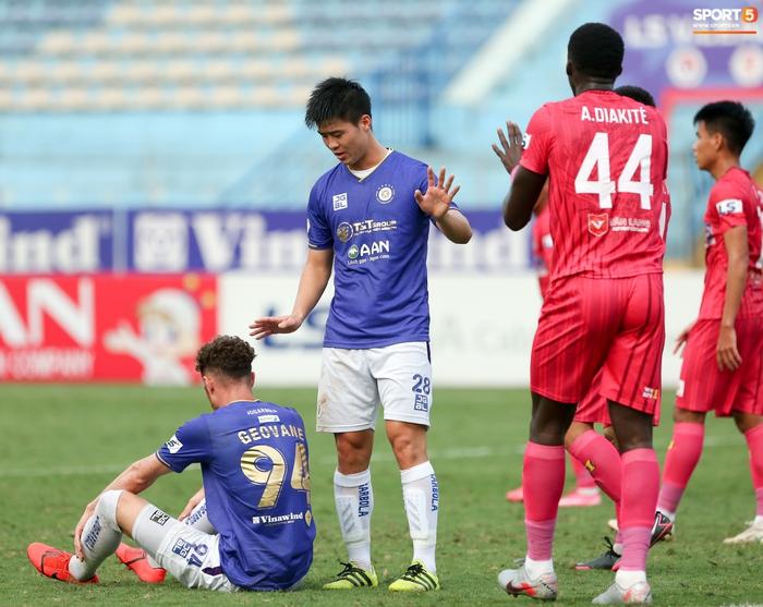 """Duy Mạnh đau đớn rời sân, HLV Hà Nội FC hứa """"chăm sóc đặc biệt"""" vì tuyển Việt Nam - Ảnh 8."""