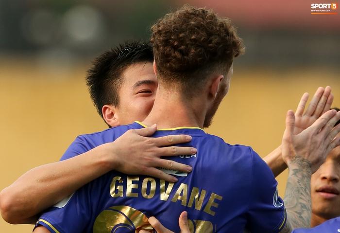 """Duy Mạnh đau đớn rời sân, HLV Hà Nội FC hứa """"chăm sóc đặc biệt"""" vì tuyển Việt Nam - Ảnh 9."""