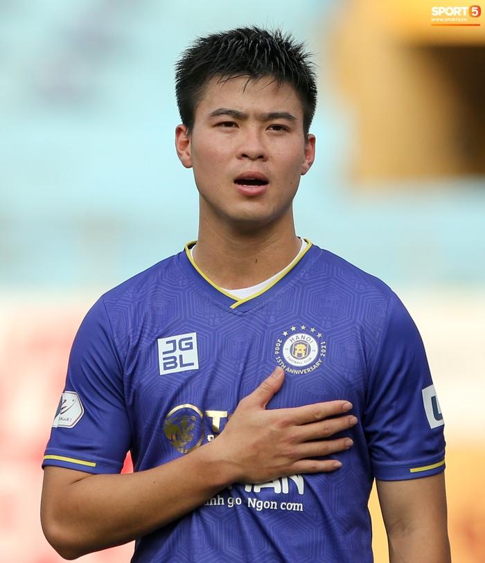 """Duy Mạnh đau đớn rời sân, HLV Hà Nội FC hứa """"chăm sóc đặc biệt"""" vì tuyển Việt Nam - Ảnh 1."""