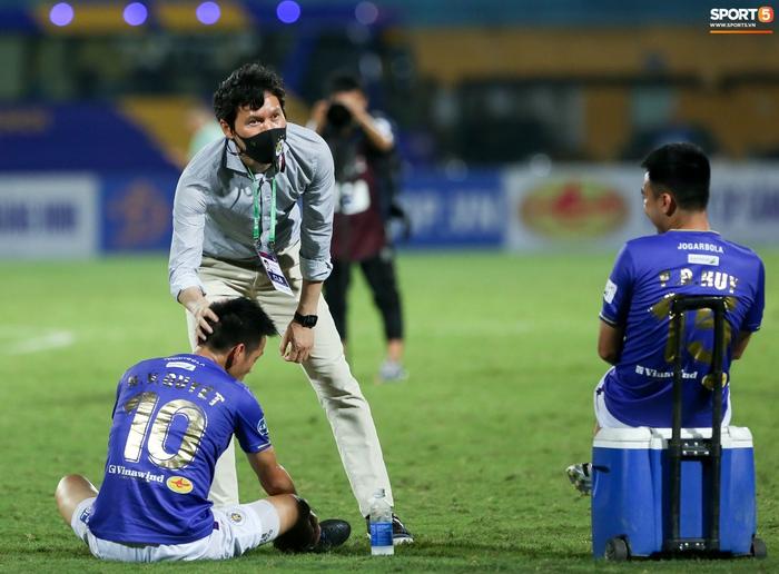 HLV Hà Nội FC trao đổi riêng với trợ lý HLV Park Hang-seo sau trận thắng đầu tiên - ảnh 3