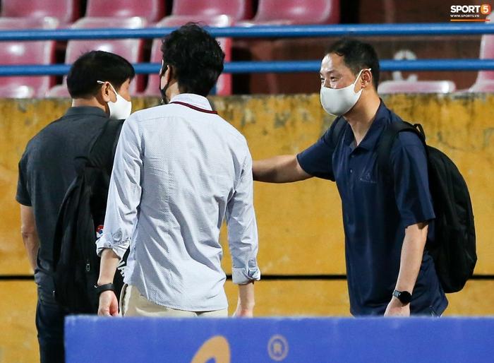 HLV Hà Nội FC trao đổi riêng với trợ lý HLV Park Hang-seo sau trận thắng đầu tiên - ảnh 2