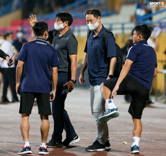 HLV Hà Nội FC trao đổi riêng với trợ lý HLV Park Hang-seo sau trận thắng đầu tiên - ảnh 5