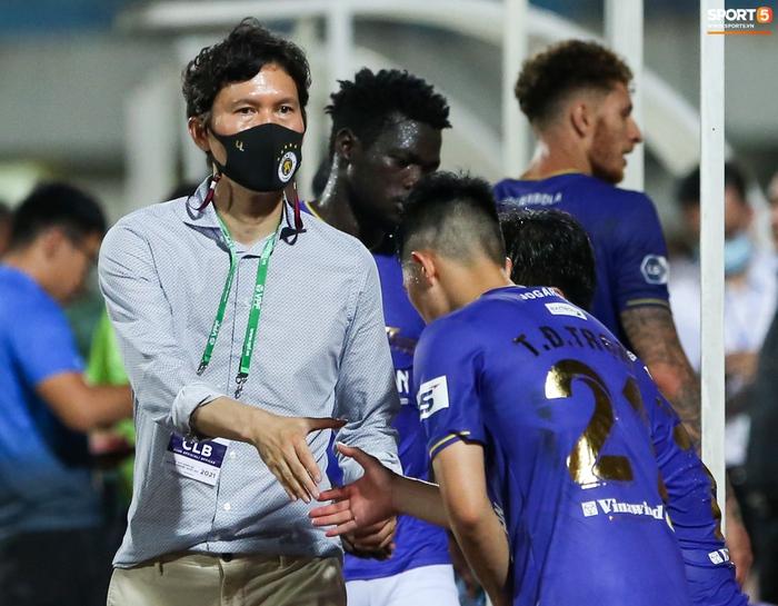 HLV Hà Nội FC trao đổi riêng với trợ lý HLV Park Hang-seo sau trận thắng đầu tiên - ảnh 1