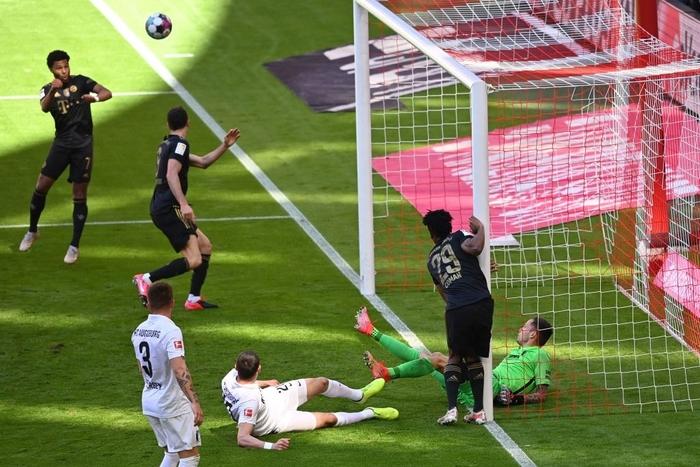 """Bayern thắng đậm trong ngày nâng đĩa bạc và Lewandowski phá kỷ lục của """"Máy dội bom"""" Gerd Mueller - Ảnh 3."""