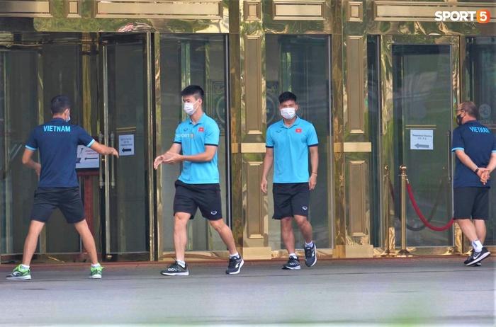 Quỳnh Anh đưa con trai đến tạm biệt Duy Mạnh trước giờ đội tuyển sang UAE - Ảnh 6.