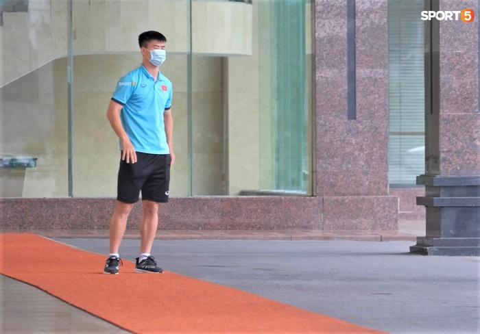 Quỳnh Anh đưa con trai đến tạm biệt Duy Mạnh trước giờ đội tuyển sang UAE - Ảnh 5.