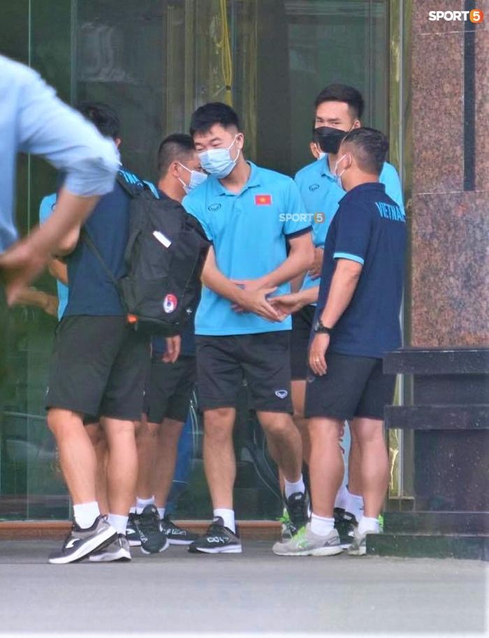 Quỳnh Anh đưa con trai đến tạm biệt Duy Mạnh trước giờ đội tuyển sang UAE - Ảnh 11.