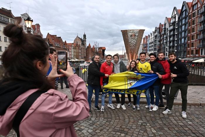 Fan MU bị những kẻ mặc đồ đen phục kích tấn công trước chung kết Europa League - Ảnh 5.
