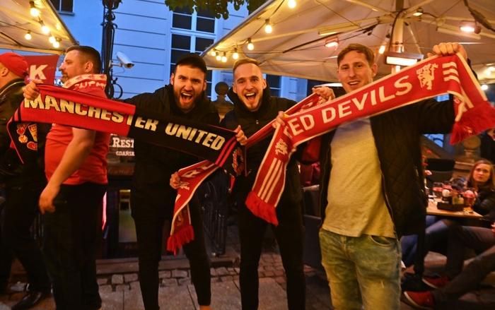 Fan MU bị những kẻ mặc đồ đen phục kích tấn công trước chung kết Europa League - Ảnh 2.