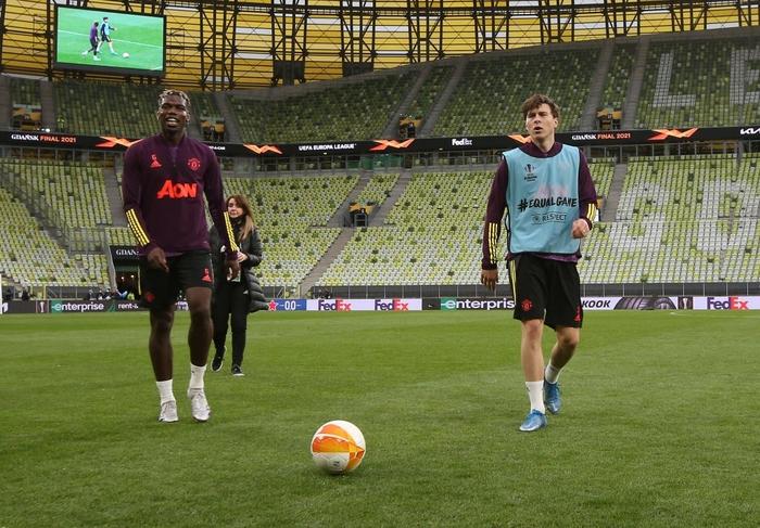 Fan MU bị những kẻ mặc đồ đen phục kích tấn công trước chung kết Europa League - Ảnh 6.