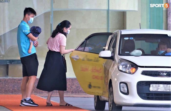 Quỳnh Anh đưa con trai đến tạm biệt Duy Mạnh trước giờ đội tuyển sang UAE - Ảnh 3.