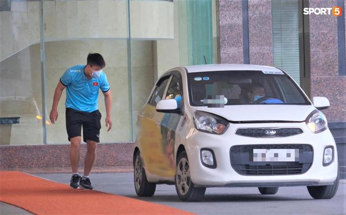 Quỳnh Anh đưa con trai đến tạm biệt Duy Mạnh trước giờ đội tuyển sang UAE - Ảnh 4.
